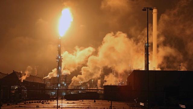 Pożar rafinerii w Rotterdamie. Zamknięto część zakladu