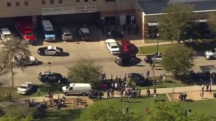 """Policja przeszukała szpital w Houston po zgłoszeniach o """"łysym, białym mężczyźnie z bronią"""""""