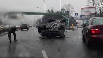 2017-02-17 Mokto i ślisko na drogach. Volvo dachowało w Warszawie