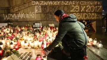 10-11-2017 22:32 Obywatele RP oddali cześć Piotrowi Szczęsnemu, który podpalił się w proteście przeciwko władzy