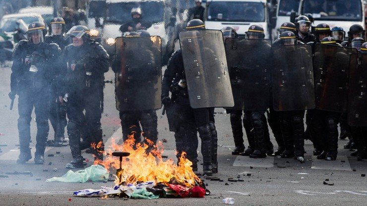Francja: policjanci ranni w starciach z demonstrantami. Walka o 35-godzinny tydzień pracy