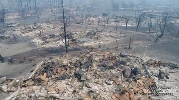 Krajobraz jak po wojnie, domy zrównane z ziemią. Film z drona po pożarze w Kalifornii