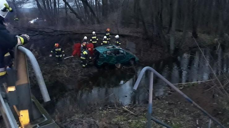 Cztery osoby w samochodzie, który wpadł do rzeki. Trafiły do szpitali