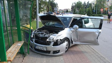 Uszkodziła samochody, przystanek autobusowy i zraniła dziecko. Chciała poprawić manewr parkowania