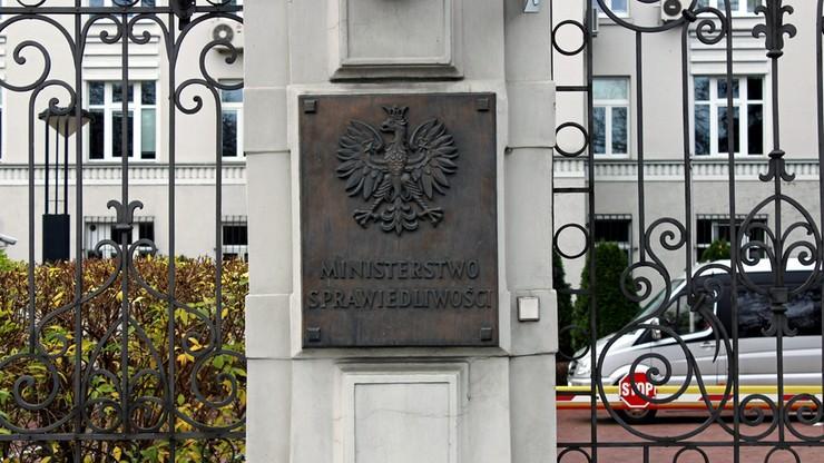 """""""Dość robienia z Polski sprawców Holokaustu"""". Ministerstwo o karach za """"polskie obozy"""""""