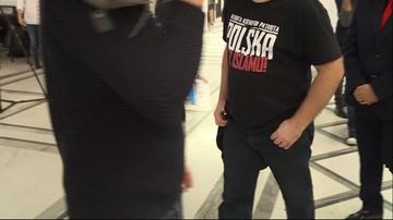 W Sejmie człowiek w koszulce