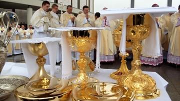 4 na 10 Polaków chodzi na msze; co szósty przystępuje do komunii