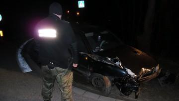24-04-2017 19:19 Pijany, bez prawa jazdy. W trakcie ucieczki uderzył w barierkę