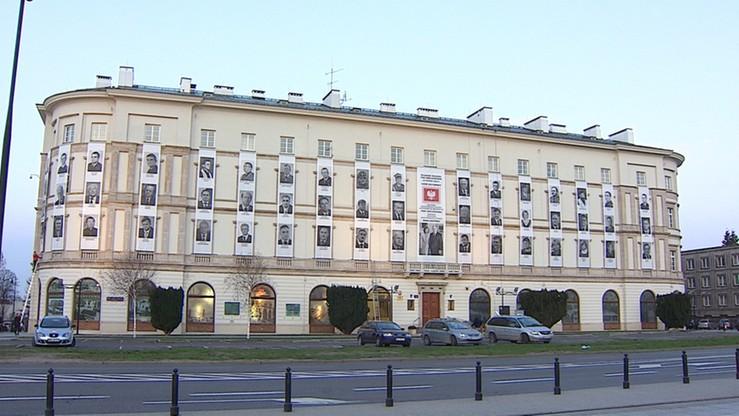 Zdjęcia ofiar katastrofy smoleńskiej na elewacji gmachu Dowództwa Garnizonu Warszawa