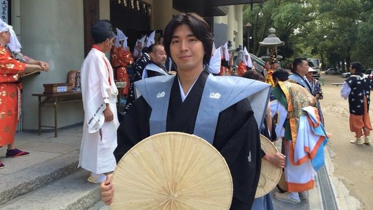 Skandal w Japonii: polityk poszedł na urlop ojcowski. Tuż przed narodzinami dziecka zdradził żonę z modelką