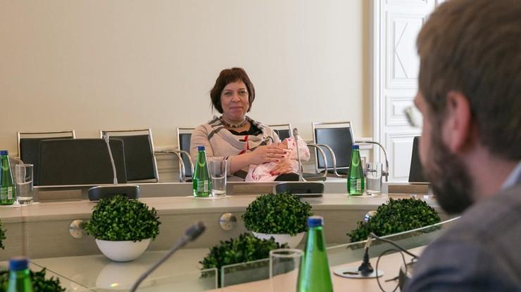 Estońska minister 4 dni po porodzie stawiła się na posiedzeniu rządu. Z noworodkiem na rękach