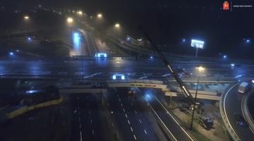 Spektakularny film z budowy kładki rowerowej pod mostem Łazienkowskim