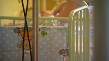 Gliwice: niedożywione niemowlę w szpitalu. Rodzice unikali szczepień, byli poszukiwani