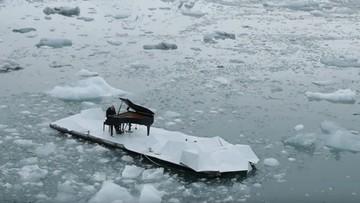 """Włoski pianista dryfował wśród lodowca. """"Elegia dla Arktyki"""""""