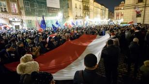 Łańcuchy światła i kordony policji w polskich miastach