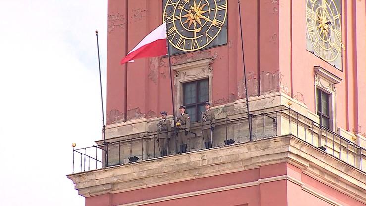 Flaga na wieży zegarowej Zamku Królewskiego. Uroczystości w Warszawie