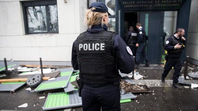 Paryż: demonstracje przeciwko policji i ataki na komisariaty