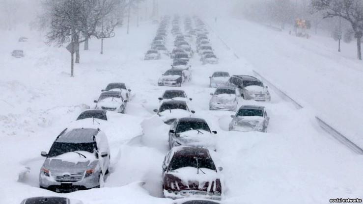 Utknęli na zaśnieżonej trasie. Na pomoc czekali 16 godzin