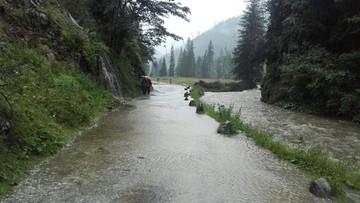 17-07-2016 19:17 Intensywny deszcz na Podhalu. Kłopoty na tatrzańskich szlakach. Zalane piwnice i drogi