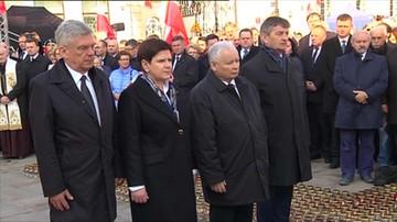Premier, marszałkowie i prezes PiS złożyli kwiaty przed Pałacem Prezydenckim