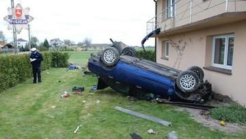 24-04-2016 14:16 Przez pobocze i pole prosto w dom. Kierowca był pijany
