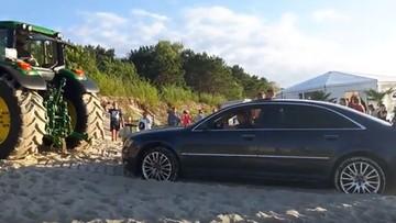 16-08-2017 17:35 Limuzyną wjechał na plażę. Audi z piachu wyciągał traktor