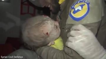 01-10-2016 13:20 To wideo poruszyło internautów. Miesięczne dziecko wyciągnięte spod gruzów w Syrii