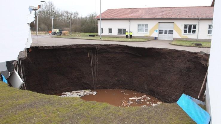 Niemcy: zapadła się ziemia. Powstała dziura głęboka na 50 metrów