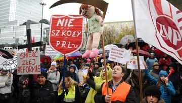 """10-10-2016 18:31 """"Grabarze, a nie lekarze polskiej oświaty"""". Protest ZNP w Warszawie"""