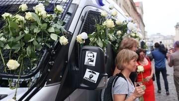 """10-07-2017 21:04 Białe róże i okrzyki """"Lech Wałęsa"""". Kontrmanifestacja do obchodów miesięcznicy smoleńskiej"""
