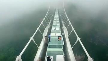 10-06-2016 13:31 Młotem sprawdzali wytrzymałość najdłuższego szklanego mostu na świecie. Zobacz efekt
