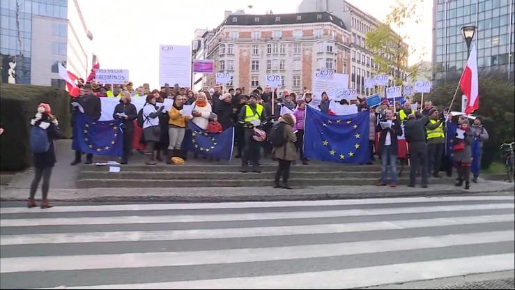 Prezydent w Brukseli. Przed budynkiem Rady UE dwie manifestacje