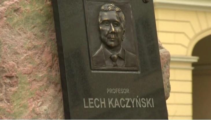 """""""Samowola budowlana"""". Władze stolicy nakażą rozbiórkę tablicy z podobizną Lecha Kaczyńskiego"""