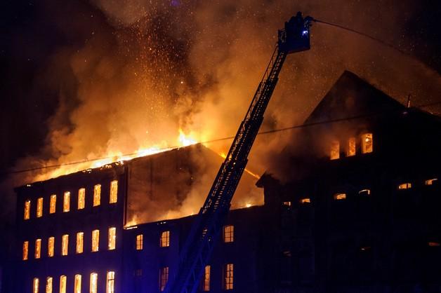 Strażacy dogaszają pożar zabytkowego młyna w Tarnowie