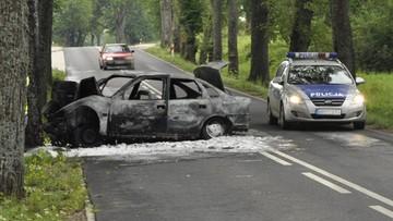 03-08-2016 17:31 Samochód uderzył w drzewo i doszczętnie spłonął. Kierowcę i pasażera z auta wyciągnął żołnierz jadący do pracy