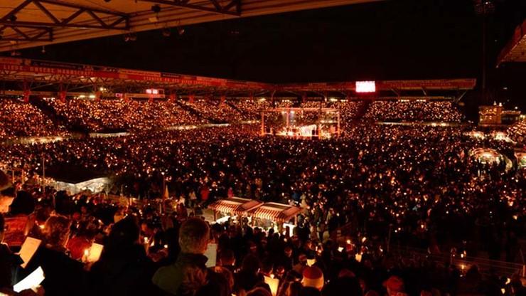 30 tys. ludzi śpiewało kolędy na boisku drugoligowca (WIDEO)