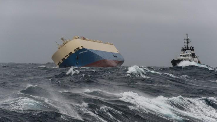 Porzucony statek z 300 tonami ropy naftowej dryfuje ku wybrzeżu Francji