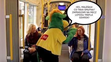 2015-11-23 Mika i maskotka w tramwaju. Nietypowe zaproszenie na mecz (WIDEO)