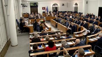"""15-12-2017 21:05 Senat przyjął bez poprawek ustawy o KRS i SN. Przed budynkiem manifestacja i okrzyki """"hańba"""""""