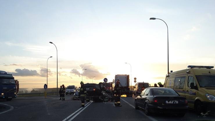 Wypadek na zjeździe z autostrady A1. Jedno z aut dachowało