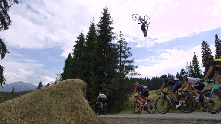 Kolarz-akrobata przeskoczył nad peletonem Tour de Pologne!
