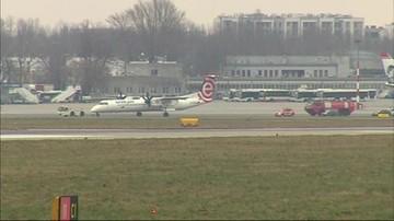 Bombardier odholowany z pasa startowego Lotniska Chopina
