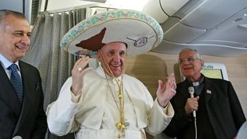 12-02-2016 16:47 Papież w sombrero od meksykańskiej dziennikarki. W drodze do Hawany