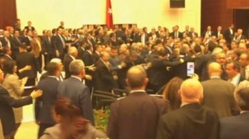 Nocne obrady tureckiego parlamentu. Doszło do bójki