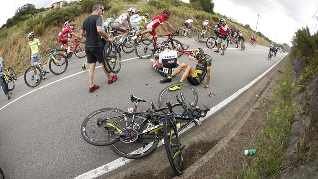 Vuelta a Espana: wypadek Bartosza Huzarskiego