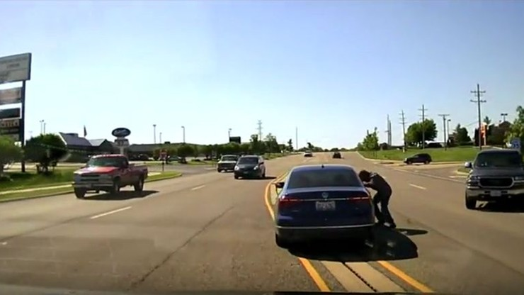 Wskoczył do jadącego samochodu, aby pomóc kierowcy z atakiem epilepsji
