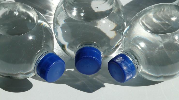 Zmowa cenowa? Woda mineralna na lotniskach pod lupą UOKiK