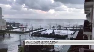 Potężny sztorm w rosyjskim Soczi. Przy usuwaniu zniszczeń pracuje 500 osób