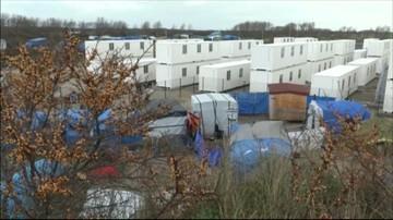 """12-01-2016 11:29 Kontenery dla uchodźców stanęły w """"Dżungli"""". W obozie w Calais koczują tysiące uchodźców"""