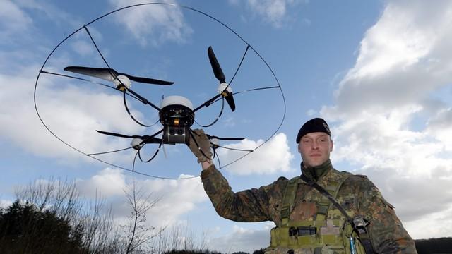 Holandia: Policja chce wykorzystywać ptaki do zwalczania wrogich dronów